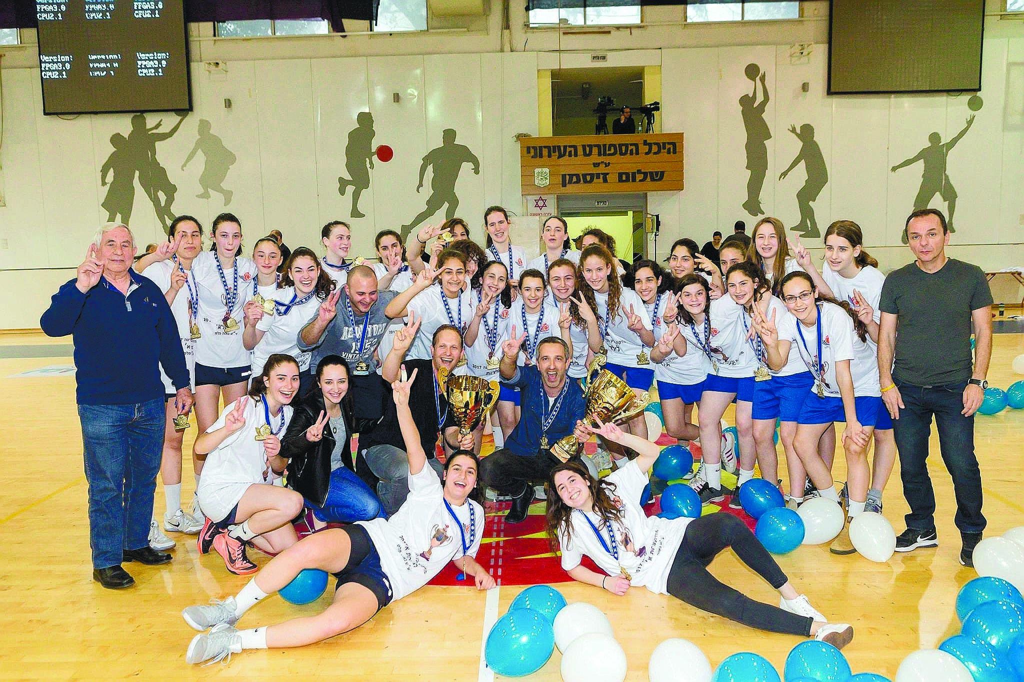 קבוצות הננערות והילדות של מכבי רעננה עם גביעי המדינה