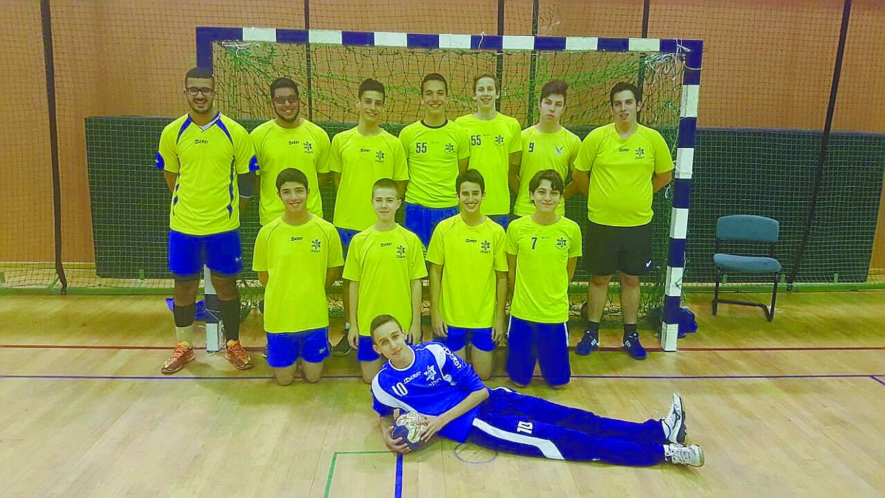 קבוצת הנוער של מכבי עירוני רעננה בכדוריד צילום : באדיבות מחלקת הנוער בכדוריד של מכבי עירוני רעננה