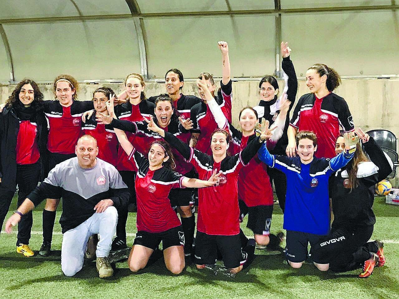 קבוצת הנשים בכדורגל של הפועל רעננה צילום: באדיבות קבוצת הנשים בכדורגל של הפועל רעננה