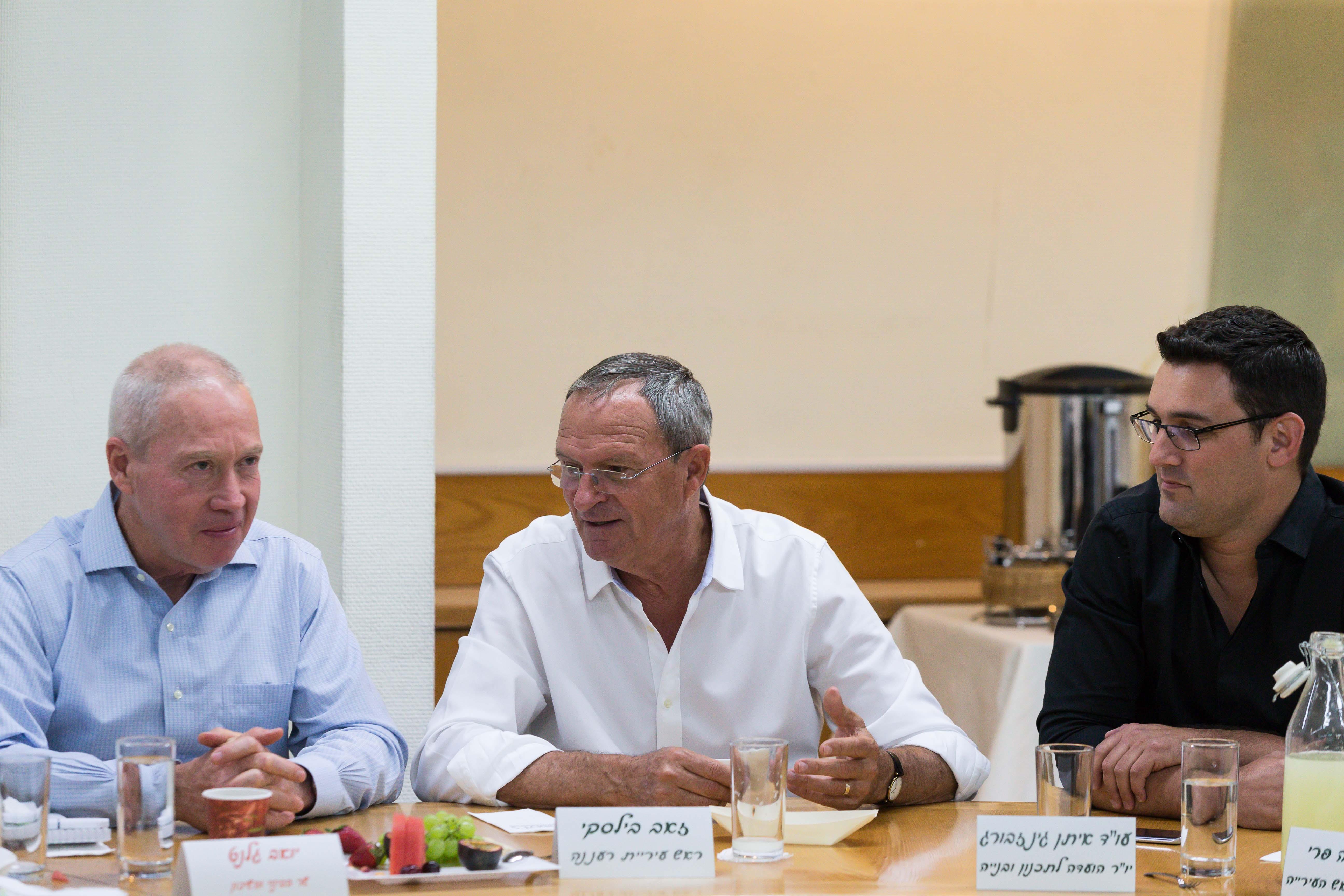 בתמונה: יואב גלנט, איתן גינזבורג וזאב בילסקי