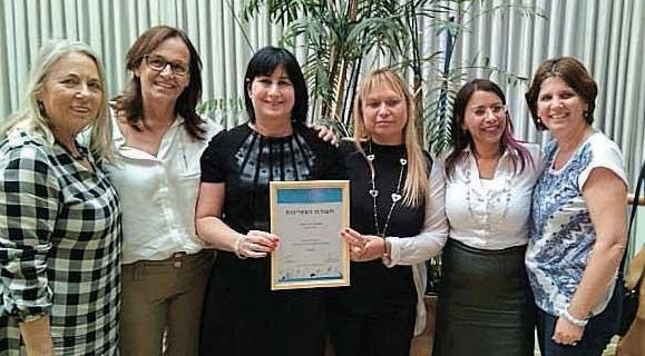 מעמד הענקת תעודת ההצטיינות לנורית דנינו, ראש מנהל החינוך וצוותה. צילום: דובורת העירייה