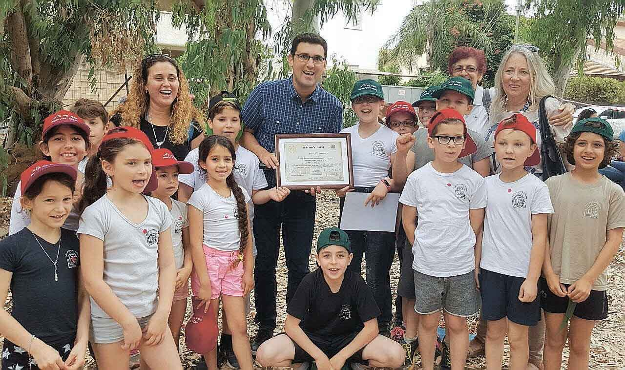 תלמידי בית ספר זיו מקבלים תעודת הוקרה מאיתן גינזבורג ומנהלת מחלקת החינוך