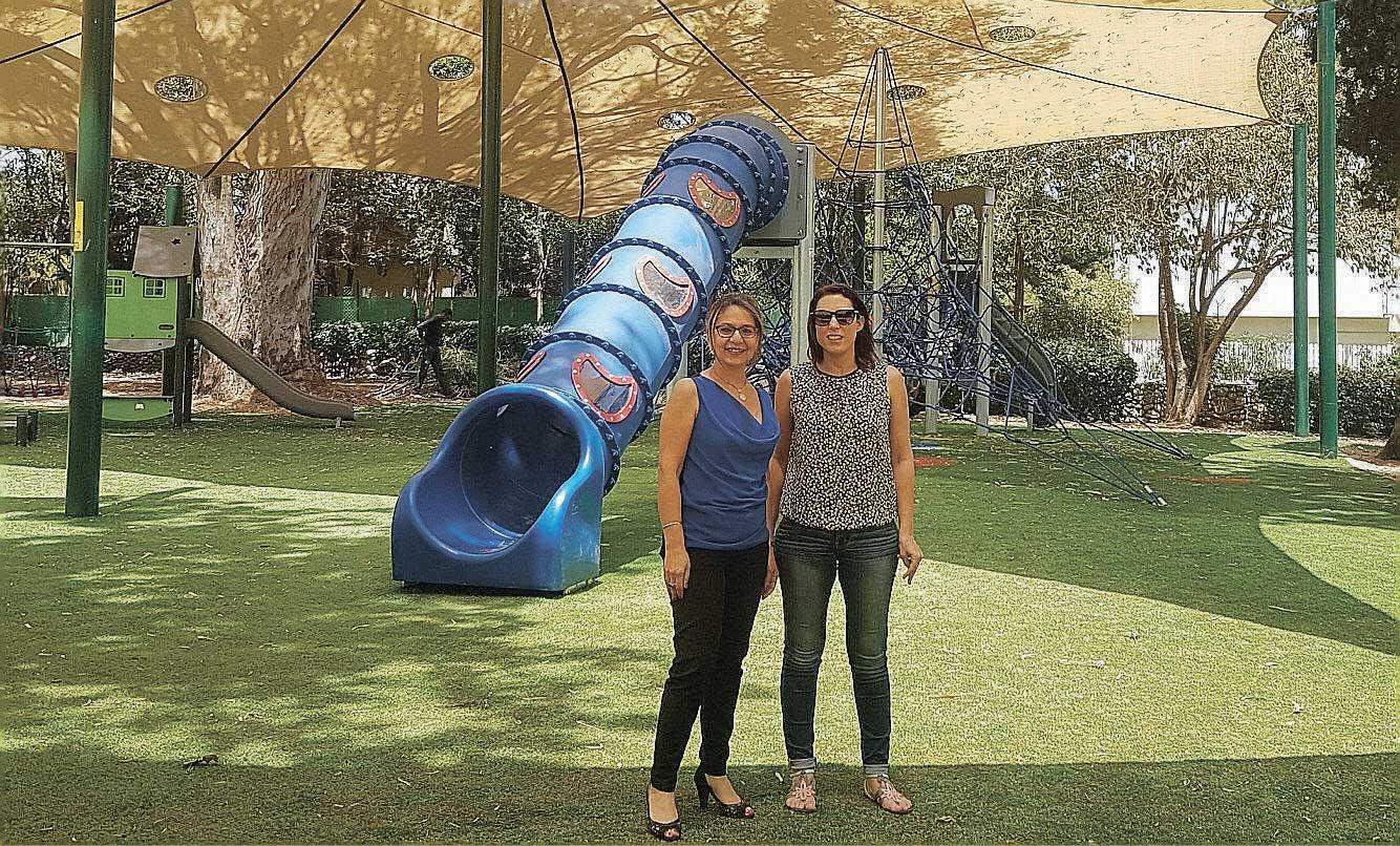 סימה פרי ומיכל ברם בגינה ציבורית משופצת