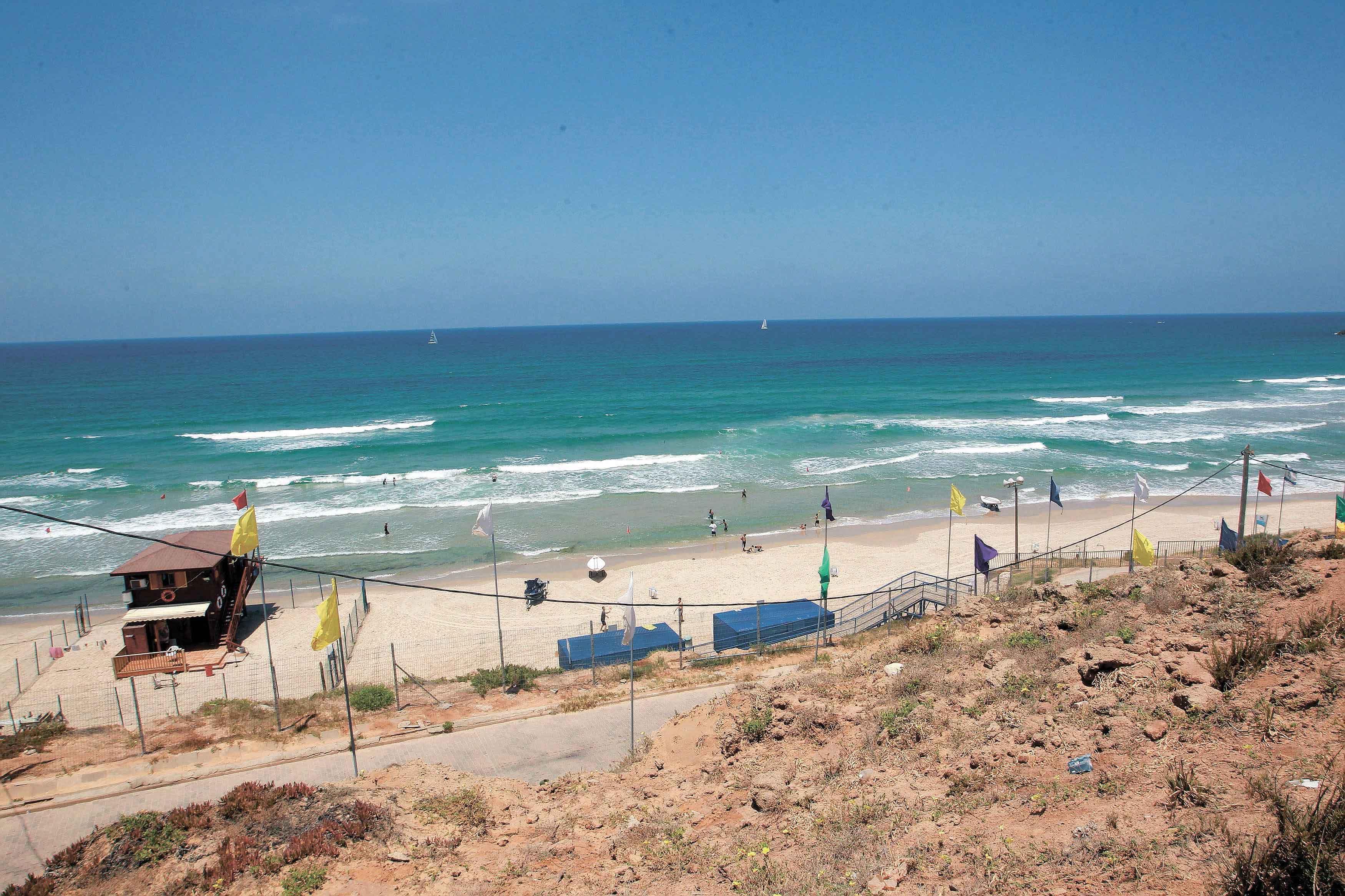 החוף הנפרד בהרצליה. צילום עזרא לוי
