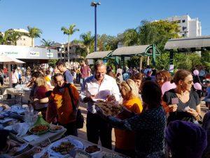 ראש עיריית רעננה זאב בילסקי בעת תחרות אפיית העוגות. התמונה באדיבות עיריית רעננה