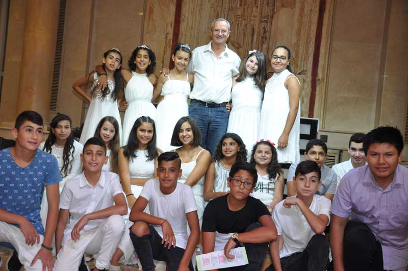 בנות ובני בר המצווה יחד עם ראש העירייה. צילום נתנאל דגני