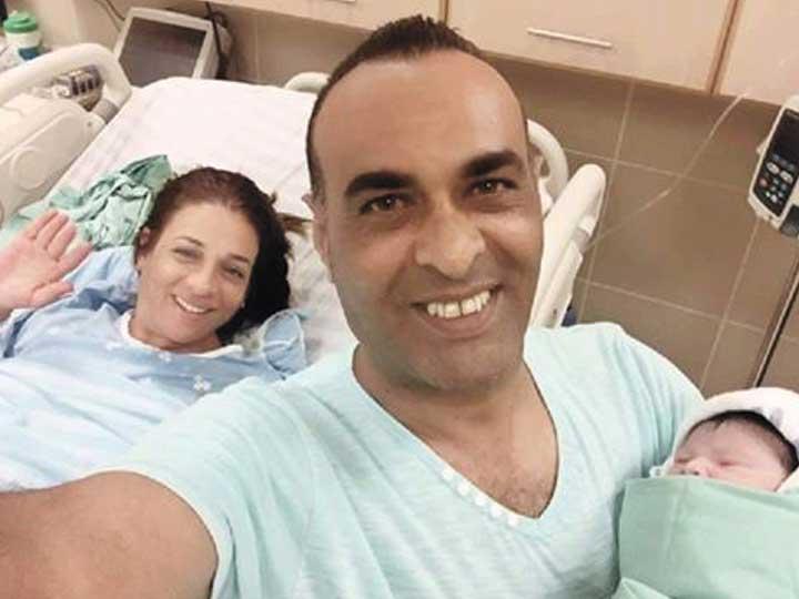 ליאור פרחי יחד עם אשתו והתינוק החדש