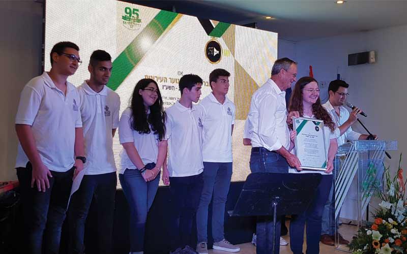 """חברי מועצת הנוער העירונית מגישים לראש העירייה, את """"אמנת הנוער"""". צילום מיכל סלע"""