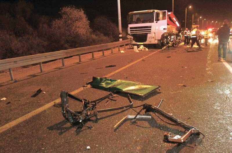 תאונה בין אוטובוס למשאית בכביש מס 1. צילום גיל כהן מגן