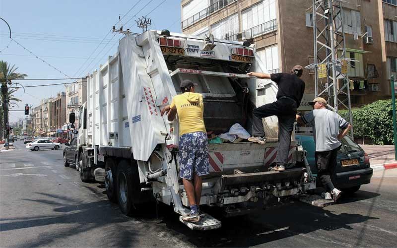 משאית פינוי אשפה. צילום עזרא לוי