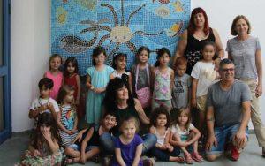 ילדי הגן עם הגננת מירי ואחת הילדות המאושפזות בלוינשטיין .צילום: דוברות בית החולים לוינשטיין