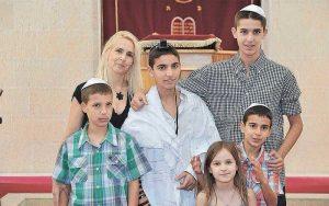נויה קסובסקי-ריסמני וחמשת ילדיה, עומר, בר, רועי, אור וקרן, כולם תלמידי בית ספר היובל ברעננה