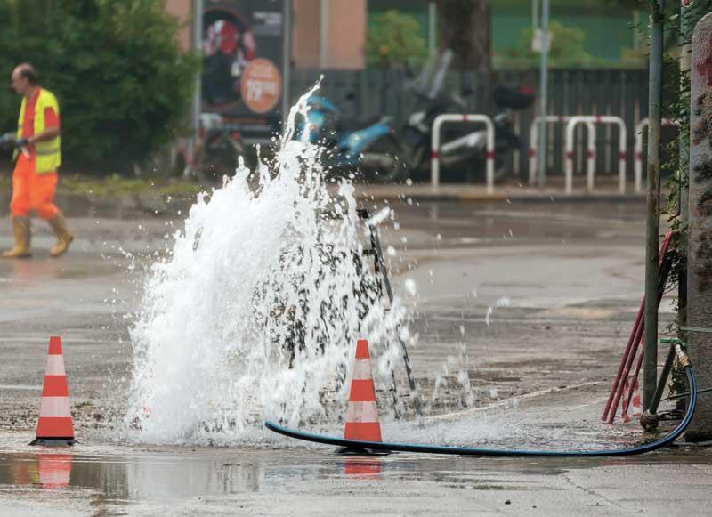 נזילה ברחוב, פיצוץ צינור. צילום א.ס.א.פ קריאייטיב/INGIMAGE