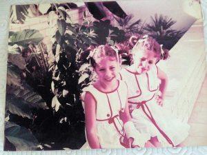שני דימנט בצעירותה יחד עם אחותה התאומה עדי