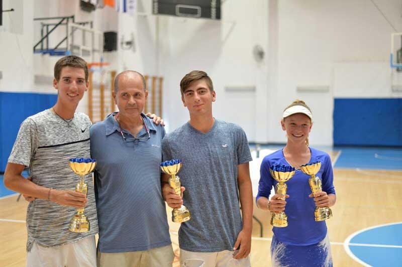 משמאל לימין: נבו גבריאלי, מנהל מרכז הטניס שי פוני, ניב צוקרמן ומיקה דגן פרוכטמן. צילום עיריית רעננה