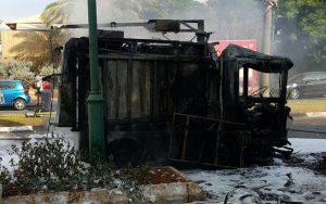רכב מנקה רחוב עולה באש ברחוב ויצמן בעיר. צילום דוד חזרתי