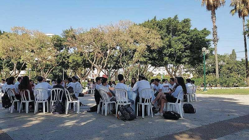 תלמידי התיכונים ברעננה מציינים את רצח רבין. צילום עיריית רעננה