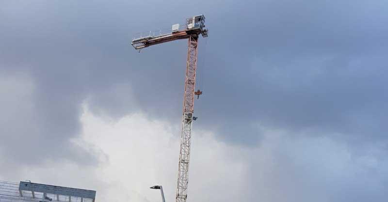 אתר הבניה והמנוף המושבת בנווה זמר. צילום עו״ד ישראל אסל