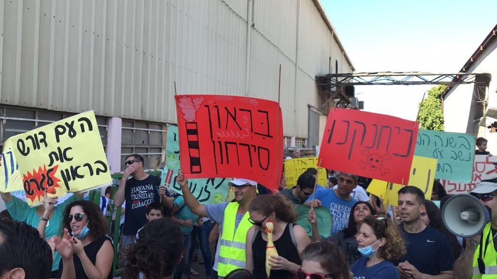 """מאות תושבים בשכונה הירוקה בכפ""""ס הפגינו ביום שישי מול מפעל בראון"""