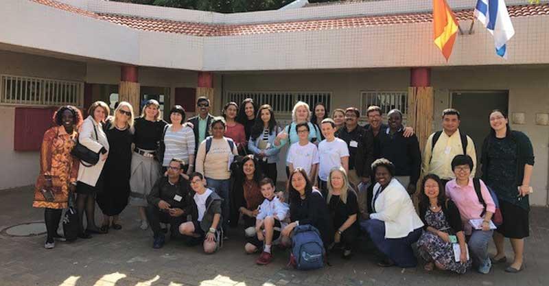 """חברי המשלחת הבינלאומית עם צוות מנהל החינוך העירוני וצוות בי""""ס ביל""""ו. צילום עיריית רעננה"""