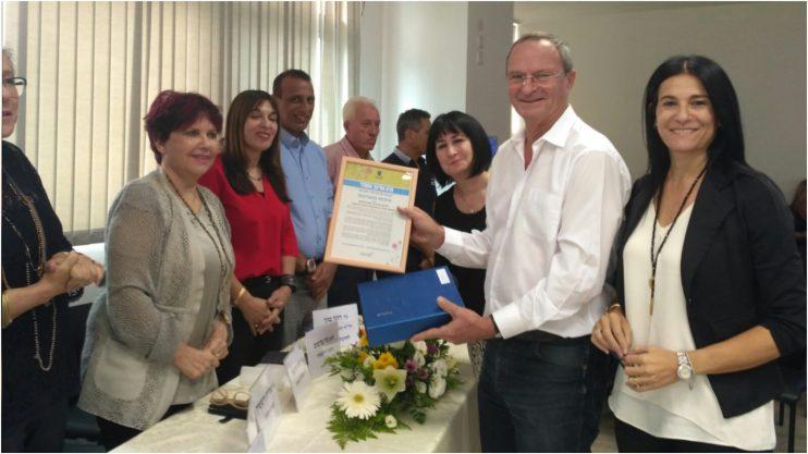 קבלת הפרס הבוקר על ידי ראש העיר. צילום משרד החינוך דוברות מחוז מרכז