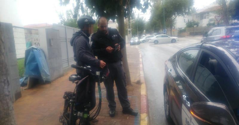 אכיפת אופנייםפקחי העירייה נותנים דוחות לרוכבי אופניים חשמליים