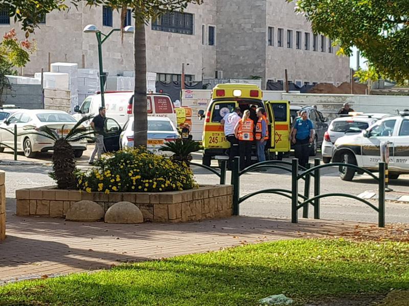 תאונת עבודה ברחוב הפרחים ברעננה פצוע בינוני. צילום דוד חזרתי