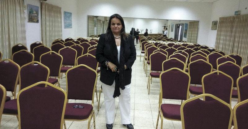 הפעילה החברתית קארי פכטר מכינה את האולם בו תתקיים המסיבה