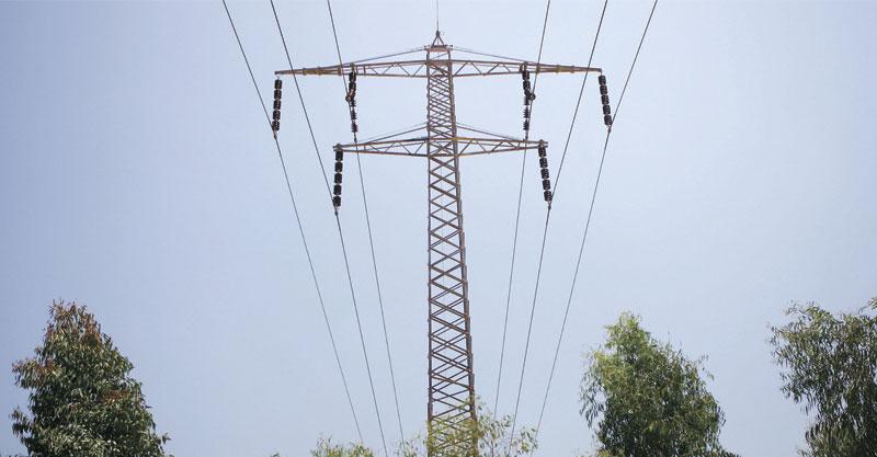 עמודי חשמל. צילום ניר שמול