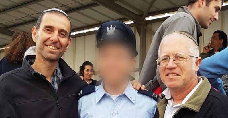 """המחנך הרב אמיר פרלמן, סגן א' ,ומנהל אמי""""ת מדעי הרב שגיא רוזנבאום בטקס קבלת הכנפיים. צילום: אמי""""ת"""