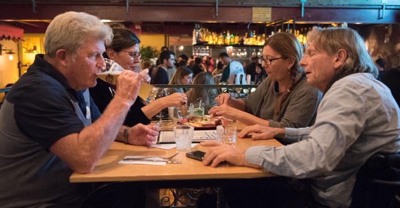 האלוף במילואים יורם יאיר (יה יה ) שותה בירה יחד עם יואל שרון מקים עמותת אתגרים