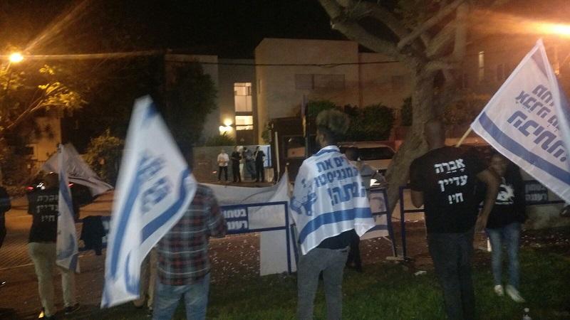 מפגינים למען שחרור אברה מנגיסטו מול בית השר בנט ברעננה. צילום גיל אליאס