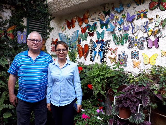 """סימה פרי וצביקה גולדמן בגינה לזכרו של נועם גולדמן ז""""ל, שזכתה בקטגוריית הגינה היפה בבניין המשותף ברחוב הר סיני"""