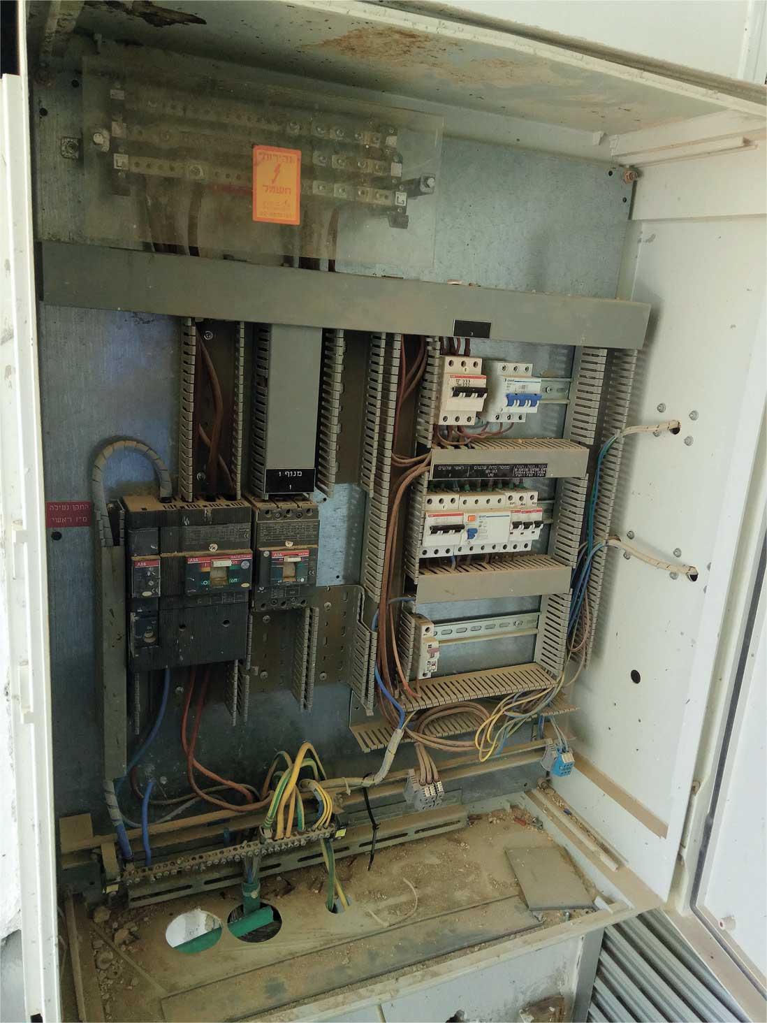 ארון החשמל בבניין. צילום: דניאל סלגניק