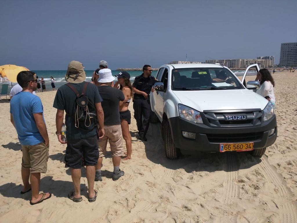 המפגינים והפקחים בשישי בחוף הנפרד. צילום הרצליה חופשית