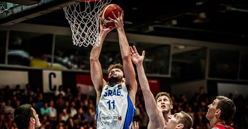 מיכאל מושקוביץ בדרך לסל. צילום: FIBA