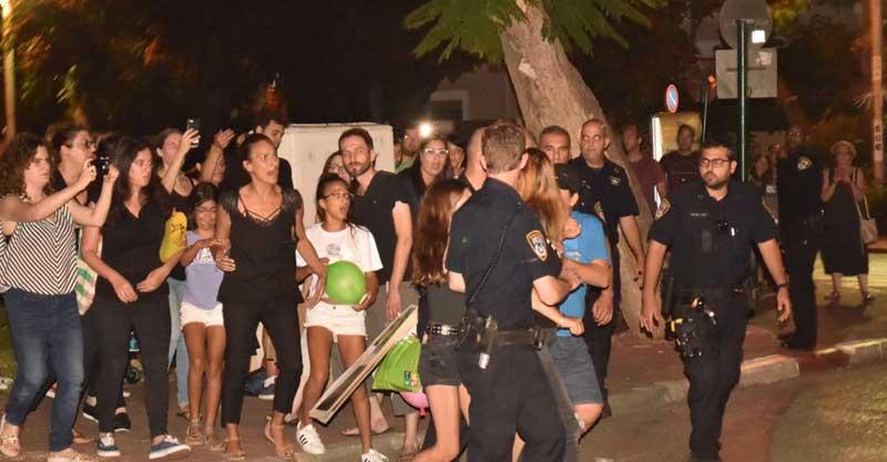 הפגנה מול ביתו של השר בנט של הורים אלרגנים