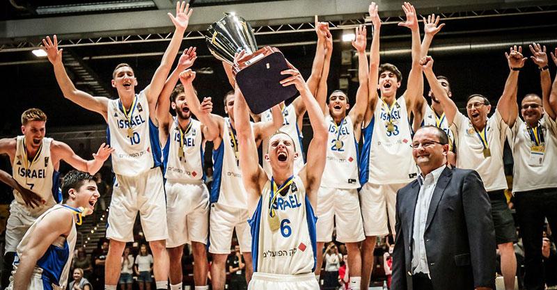 גיל בני מניף את גביע אליפות אירופה. צילום: FIBA