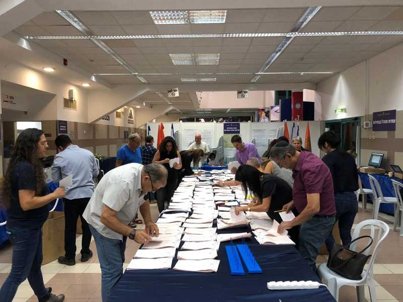 סופרים את קולות החיילים במטה הבחירות המרכזי. צילום דוברות העירייה