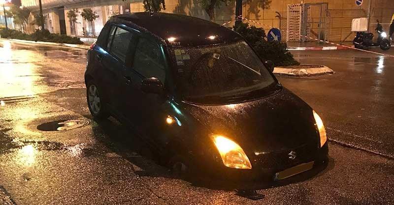 הרכב שנפל לבולען. צילום דור קוגלר
