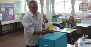 """המועמד לראשות העיר חיים ברוידא מצביע בקלפי בית הספר מג""""ד"""