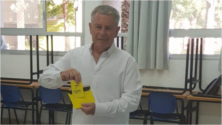 המועמד יקי ודמני מצביע בחטיבת אלון בעיר. צילום מטה הבחירות של ודמני