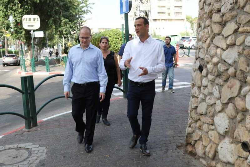 """אמיר פוירמן (מימין) וח""""כ עודד פורר ברחוב אחוזה צילום אוהד וייל"""