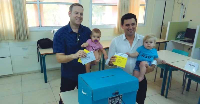 המועמד לראשות העיר איתן גינזבורג מצביע עם משפחתו, בלי קרדיט.