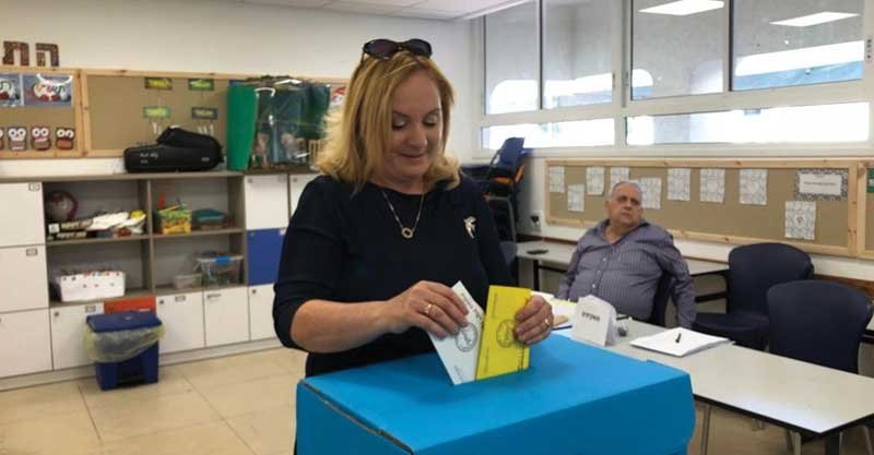 המועמדת לראשות העיר רונית וינטראוב מצביעה בקלפי בית הספר דקל