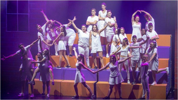 """""""אלו ילדים שבחיים לא שרו ורקדו"""". ברוכים הבאים להצגה הכי טובה ברעננה"""