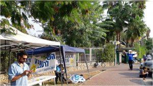 דוכני פעילים מחוץ לקלפי בבית ספר דקל