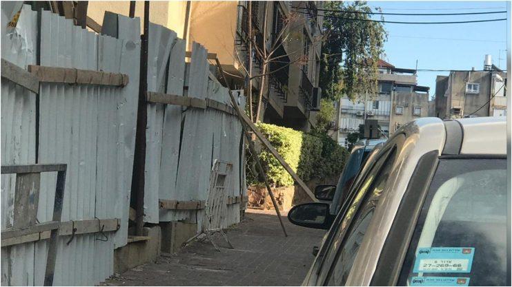 """קורות עץ שנפלו על המדרכה מבניין בתמ""""א בגולומב."""
