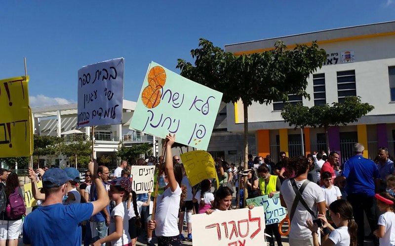 הפגנת תושבים בשכונה הירוקה נגד מפעל בראון, בשנה שעברה