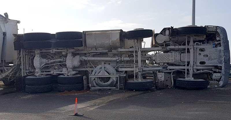 משאית שהתהפכה בעליה ל531 מכביש 4. צילום דוד חזרתי
